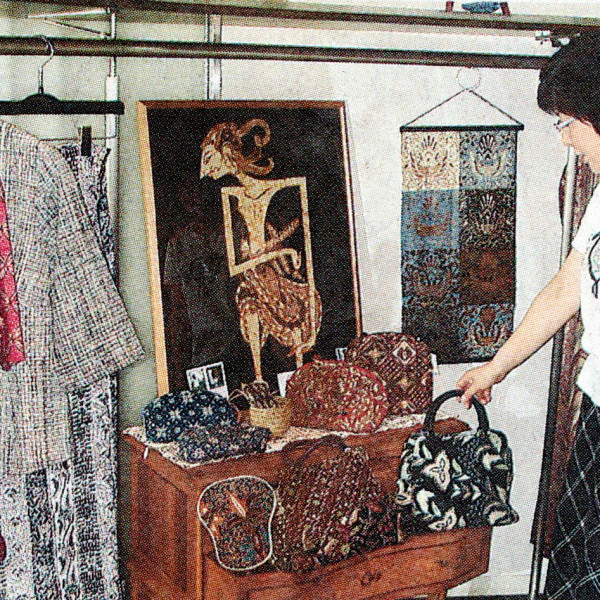 2006年 7月27日  中国新聞福山尾三版 雑貨・洋服ジャワの伝統 福山で作品展掲載されました